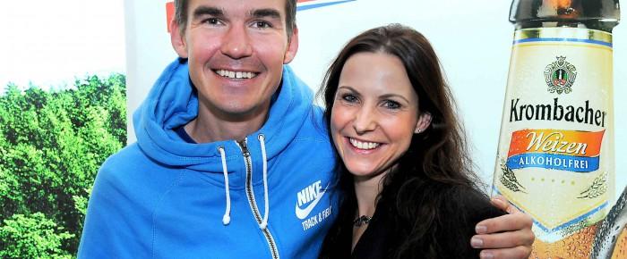 """Gala """"Läufer des Jahres 2014"""": Sabrina Mockenhaupt gratuliert Antje Möldner-Schmidt"""