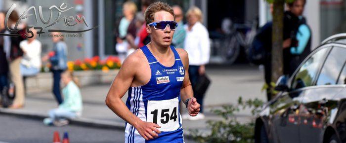 Jonas Hoffmann läuft beim 15. Föschber Radweglauf auf und davon